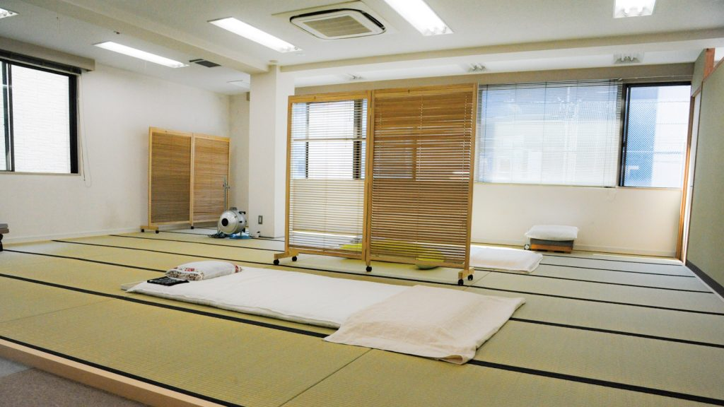 治療スペースは広々した畳の空間です